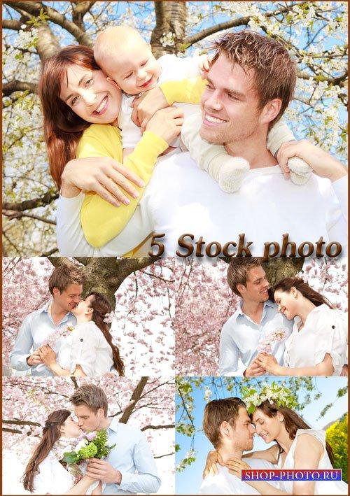 Семейная пара с ребенком на фоне весеннего цветущего дерева - растровый кли ...
