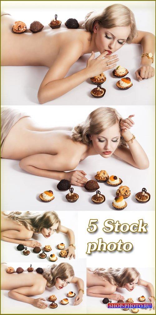Девушка с кексами, искушение перед сладостями - растровый клипарт