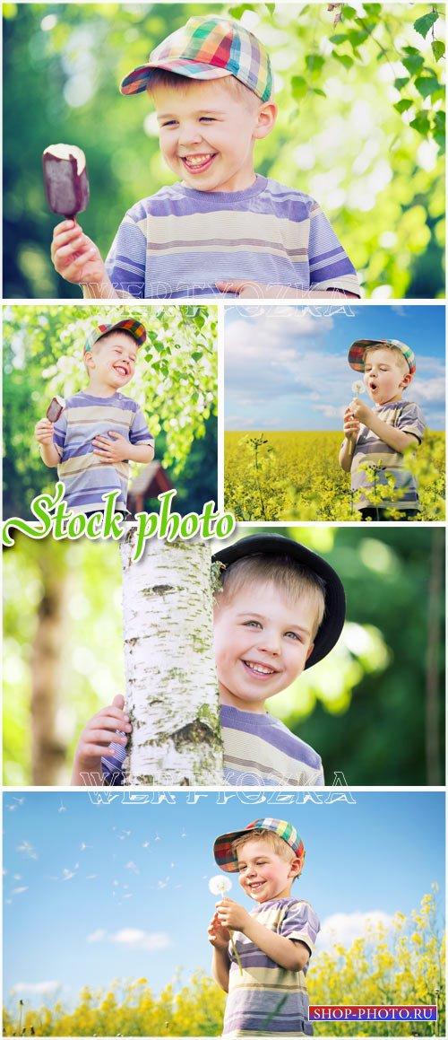 Мальчик с мороженым / Boy with ice cream - raster clipart