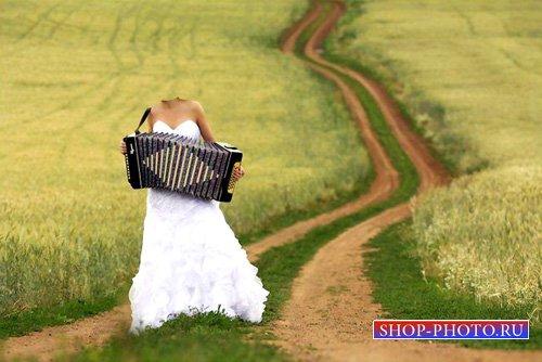 Шаблон psd женский - Девушка в поле, играя на баяне