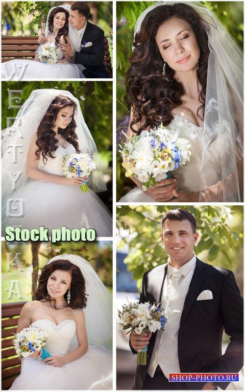Красивая невеста и жених с цветами / Beautiful bride and groom with flowers ...