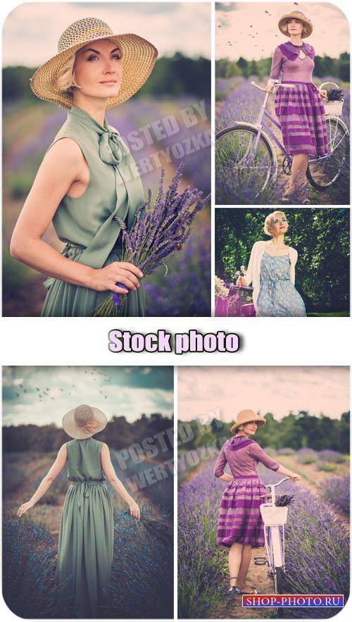 Ретро девушка в цветочном поле / Retro girl in a field of flowers - Raster  ...