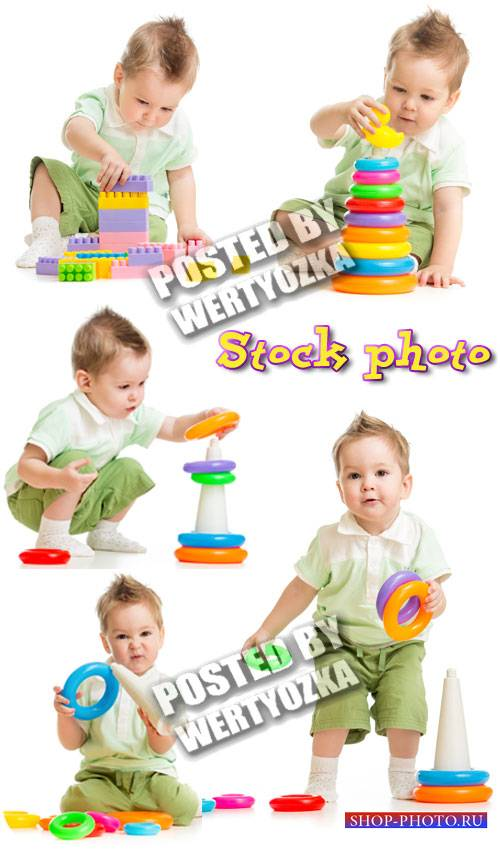 Малыш с пирамидкой и конструктором kid