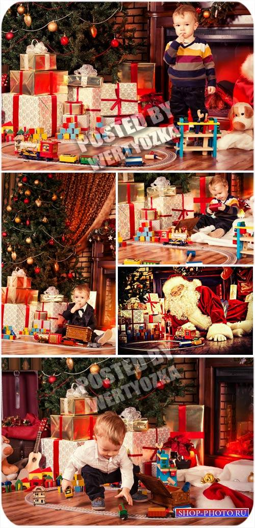Дети, рождество и санта клаус - сток фото