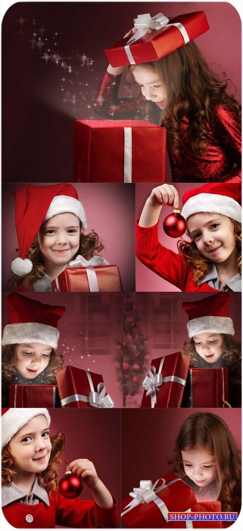 Девочка и рождественские подарки - сток фото