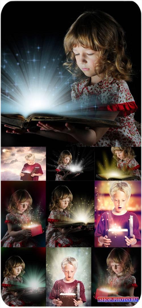 Дети с подарками и волшебные сказки - сток фото