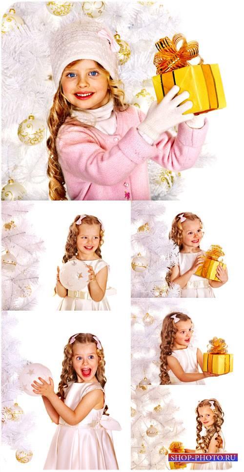 Маленькая девочка с золотистыми кудрями у новогодней елки - сток фото