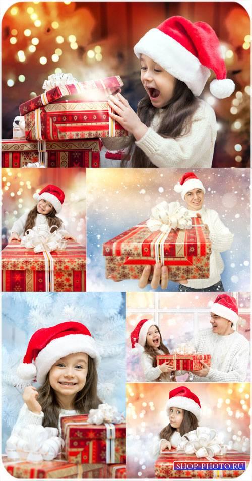 Рождество, маленькая девочка с подарками - сток фото