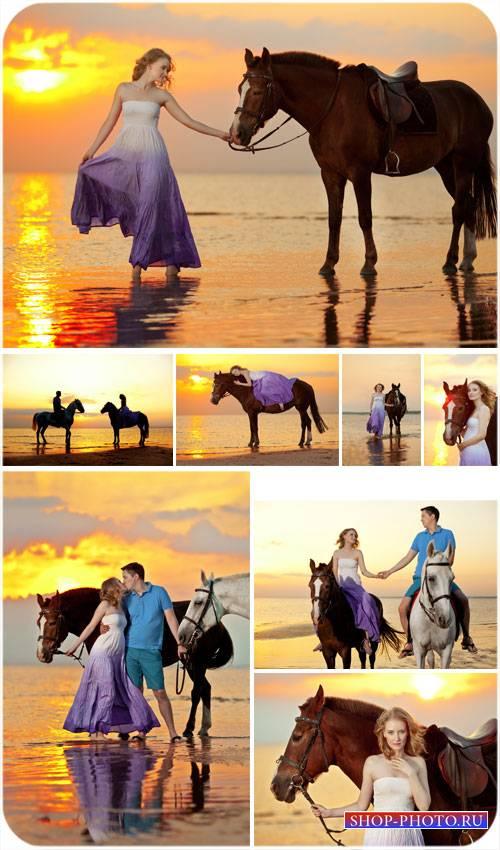 Влюбленная пара на морском побережье, прогулка на лошадях - сток фото
