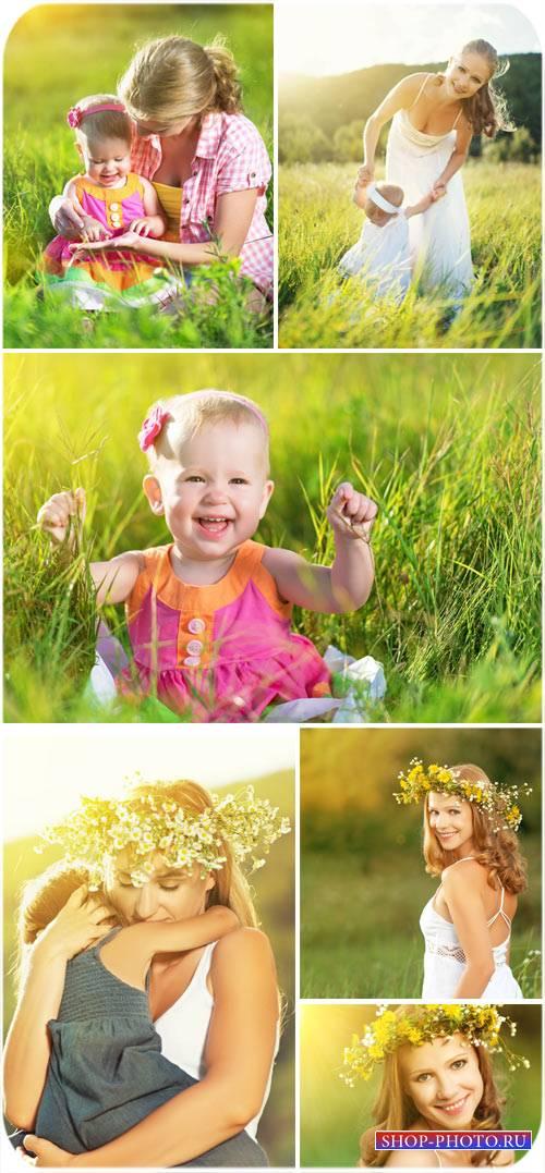 Женщина с ребенком на природе - сток фото