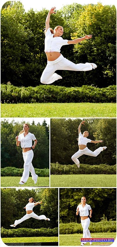 Девушка, спорт, природа - сток фото