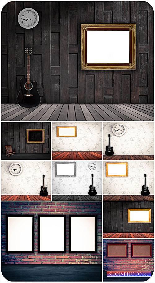 Интерьер, деревяные полы, гитара, картины на стенах - сток фото