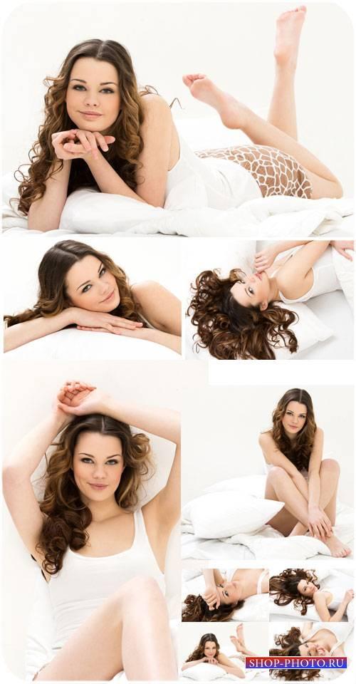 Очаровательная девушка в кровати - сток фото