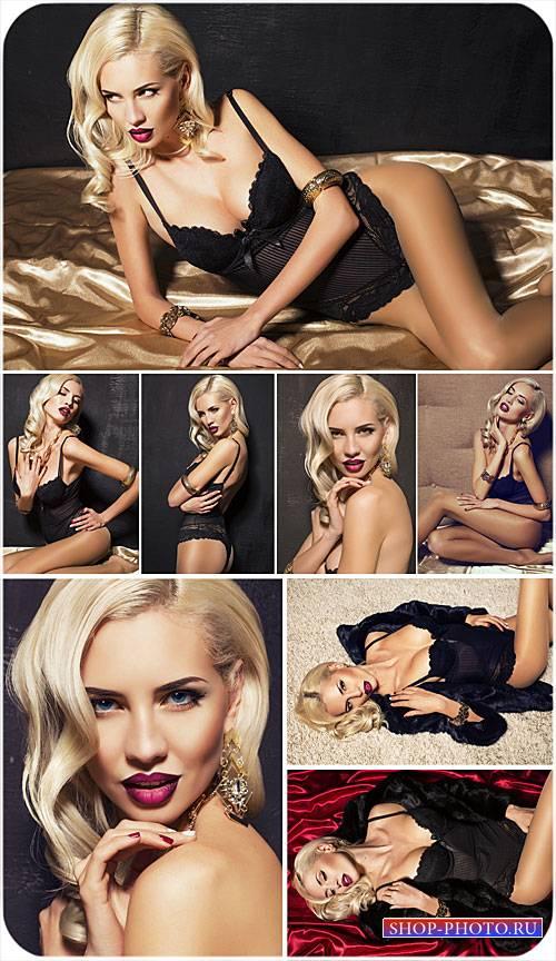 Соблазнительная блондинка в черном - сток фото