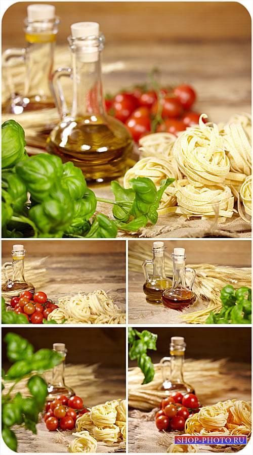 Томаты, макаронные изделия и масло - сток фото