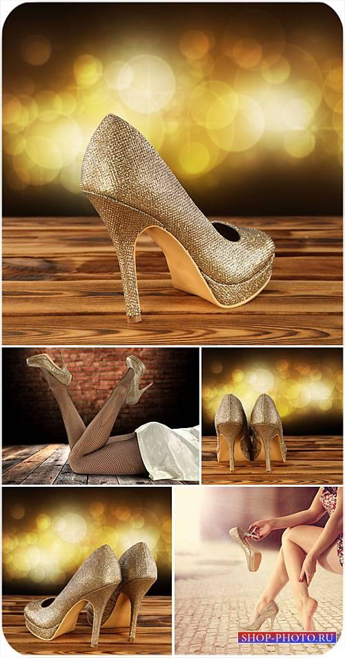 Женские ножки, туфли на высоком каблуке - сток фото