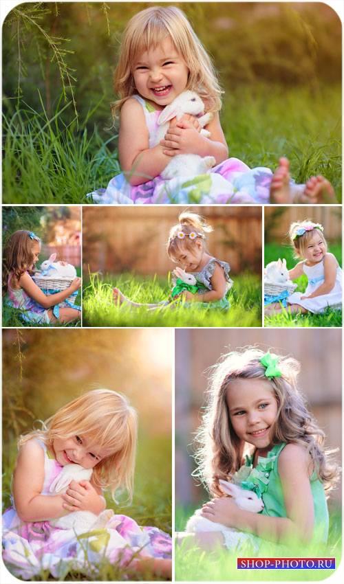 Маленькие девочки с кроликами - сток фото