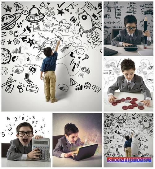 Мальчик с ноутбуком - сток фото