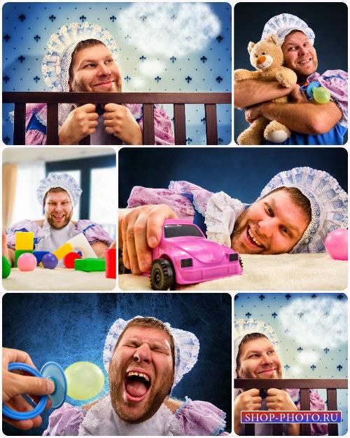 Забавный мужчина в образе маленького ребенка - сток фото