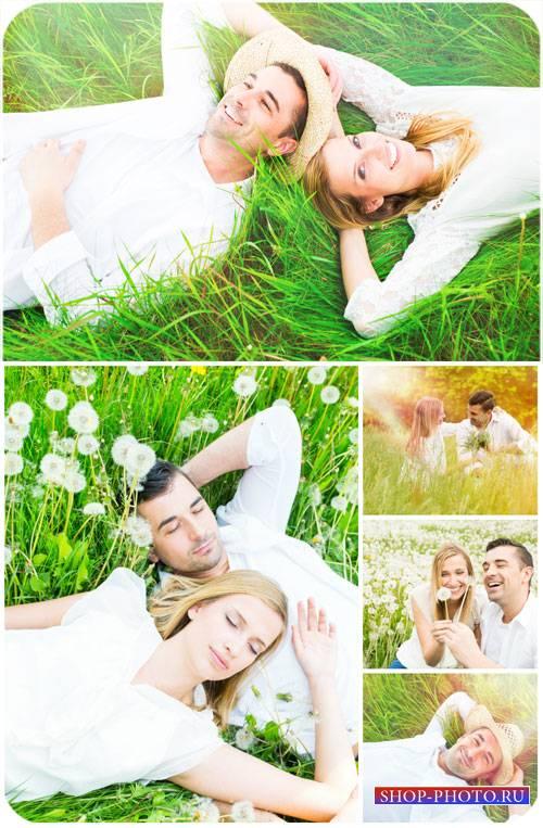 Романтичная пара на природе с одуванчиками / Romantic couple in nature with ...