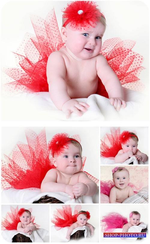 Маленькая девочка в красной юбке / Little girl in a red skirt - Stock photo