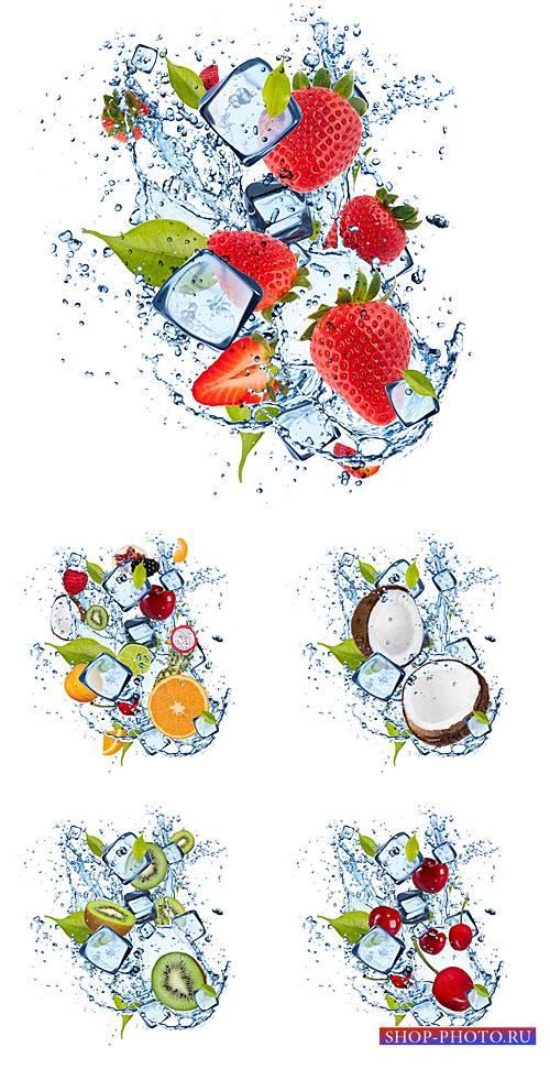 Фрукты и ягоды в брызгах воды и кусочках льда / Fruits and berries in a spr ...