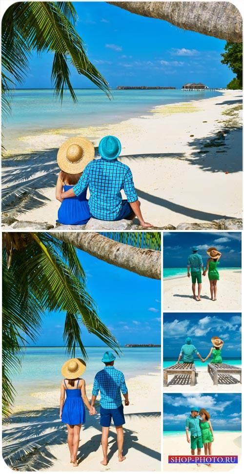 Летний отдых на море, мужчина и женщина на побережье / Summer vacation at s ...