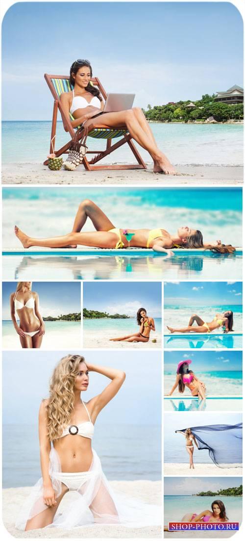 Девушки в купальниках, лето, море, пляж / Girls in bathing suits, summer, s ...
