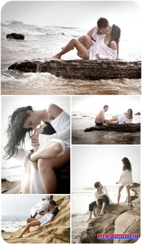 Влюбленная пара на берегу моря / Couple in love on the beach - Stock Photo
