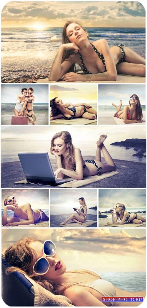 Девушки в купальниках, морской отдых / Girls in bathing suits, marine leisu ...