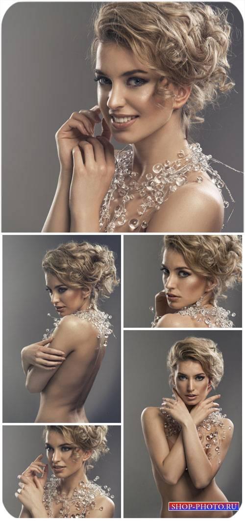 Красивая девушка с оригинальным колье / Beautiful girl with original neckla ...