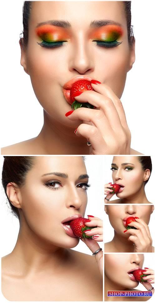 Красивая девушка с клубникой / Beautiful girl with strawberry - Stock photo