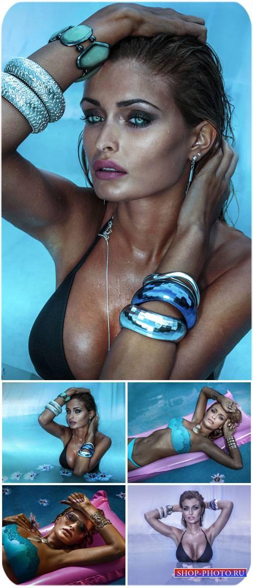 Голубоглазая девушка в бассейне / Blue-eyed girl in the pool - stock photo