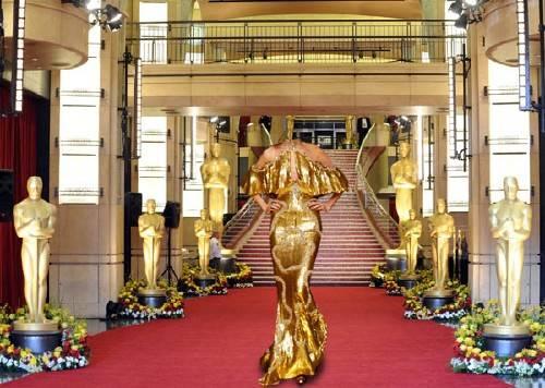 Шаблон psd - В золотистом платье на красной дорожке