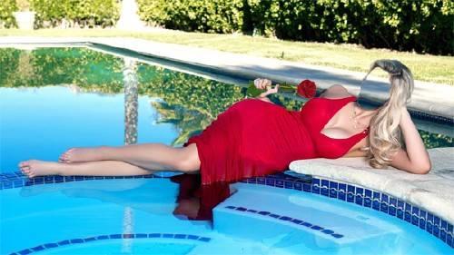 Шаблон psd женский - В красном платье возле бассейна