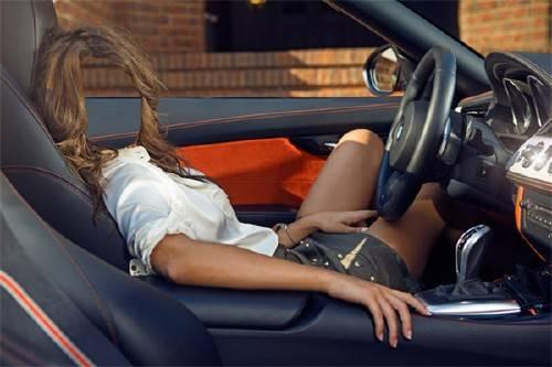 PSD шаблон для девушек - В солидном авто