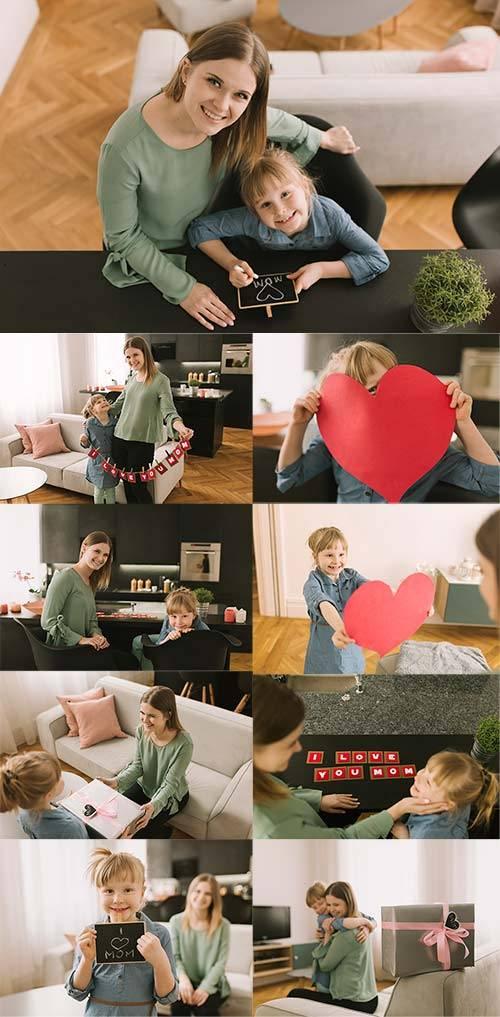 Дочь поздравляет маму - Клипарт / Daughter congratulates mother - Clipart