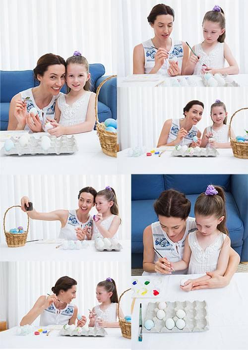 Мать и дочь готовятся к Пасхе - Растровый клипарт / Mother and daughter are ...